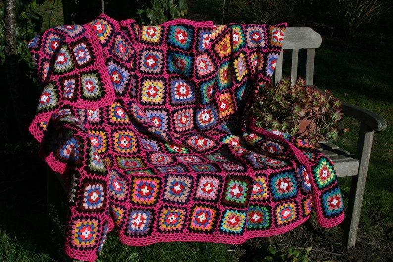 9261cbcd7d9 Couverture vintage en carrés granny crochetés multicolore
