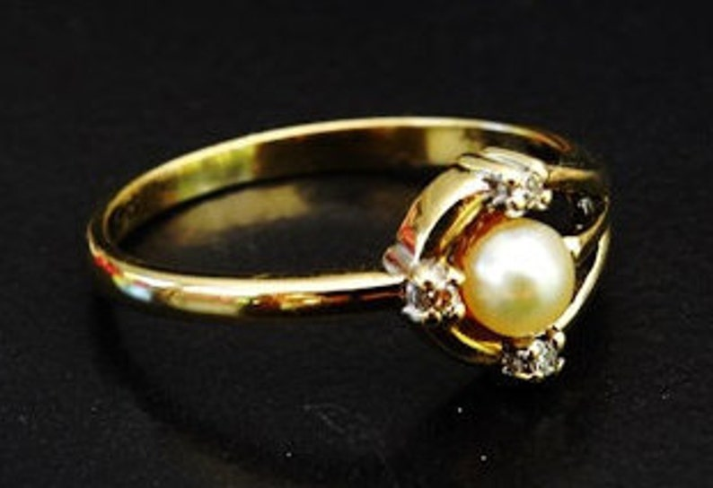 Modern Ladies Cultured Pearl and Diamond Vintage Engagement Ring in 9ct yellow Gold FREE POSTAGE