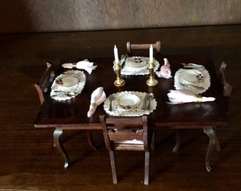 Dollhouse Miniatures-Dining Room Table, 4 pink appolstered chairs, dinnerware, napkins, placemats, candlesticks