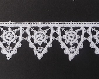 """Tudor Style Pointed Scallop Lace for Renaissance/Elizabethan Reenactment, 1 1/4"""" (32mm) - sold by the half yard"""