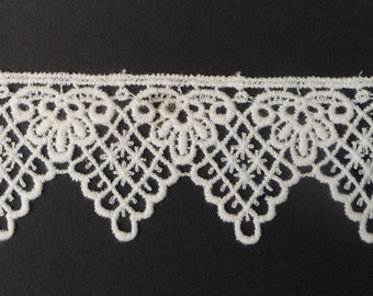 """Tudor Style Deep Point Lace for Renaissance/Elizabethan Reenactment, 1 1/2"""" (38mm) - sold by the half yard"""