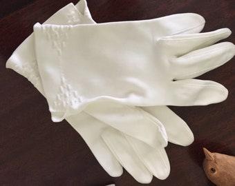 White Cotton Summer Gloves, Mid Century Short Gloves, Wrist Gloves, Size Small 6 -6.5, Easter Gloves, Formal White Gloves