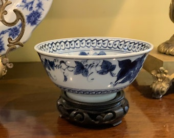 Chinoiserie Rice Bowl with Stand, Blue White Asian Small Bowl, Chinoiserie Wooden Stand, Grape Pattern Design, Vintage Asian Import,