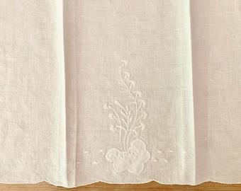 White Applique Tea Towel, Vintage White Guest Hand Towel, Floral Design, Bridal Hostess Gift, Cottage Farmhouse Linens