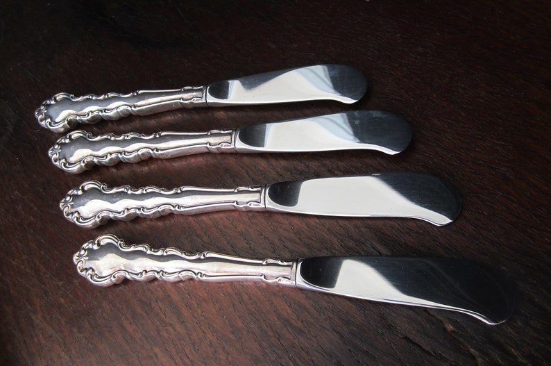 Oneida 1969 Modern Baroque Butter Spreader Set of 4 Vintage Community Silverplate Handle Stainless Blade Antiqued Scroll Pattern Excellent!
