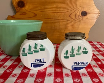 Green flower shaker set white painted glass shakers with green daisies by Anchor Hocking super 1970/'s set