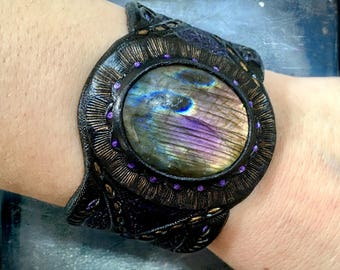 Purple labradorite cuff bracelet - Hand tooled leather cuff bracelet with labradorite  - Tribal jewelry by Gemsplusleather - Gift for her