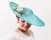 Pamela verde jade, tocado floral, pamela para invitada, invitada boda, pamela para madrina, boda de día, pamela floral, pamela verde agua
