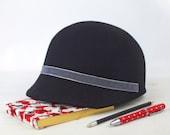Fiona - Gorra de Fieltro Negra con visera y detalle de cinta de terciopelo gris