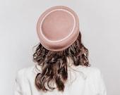 Tara - Tocado Pillbox rosa con detalle de línea de perlas