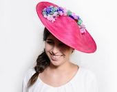 Maclean - Pamela rosa fucsia con flores moradas, malvas y verdes, pamela rosa para boda de día, invitada boda, madrina, hermana de la novia