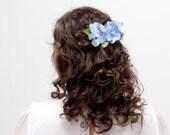Perth - Tocado Floral con flores de hortensia azules y hojas verdes
