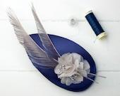 Caerlaverock - Tocado con base de seda y detalle de flores de organza y pluma de pavo real