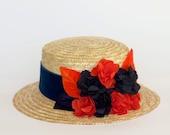 Dunfermline - Canotier de paja con detalle de flores y hojas de seda y terciopelo en azul y naranja