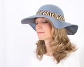 Tay - Sombrero de Fieltro Azul Grisáceo con detalle de cordón de plumas
