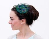 Westray - Tocado de plumas de pavo real y seda verde