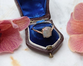 Gorgeous vintage 9ct gold and opal ring