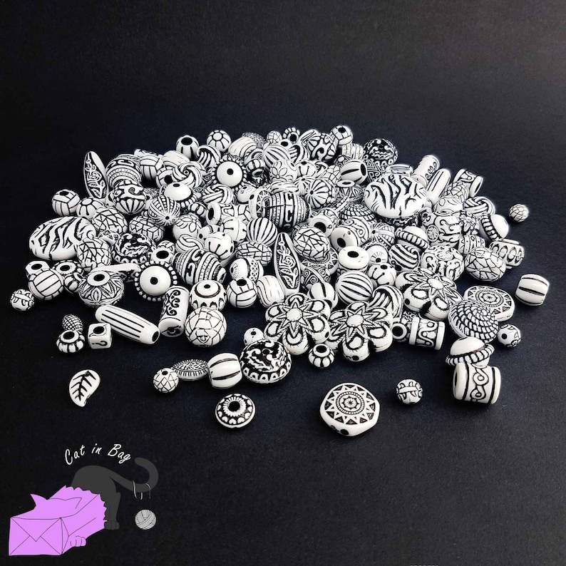 SC02R1-SP130-FO336 50gr Mix of antique ethnic effect acrylic beads white colour