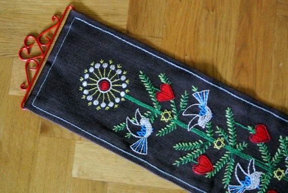 Bien fait vintage des années 1970 à la main multicolore Noël motif tapisseries motif coeur w/oiseau sur darkbrown plus épais en lin et le cintre en métal rouge