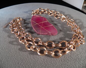 """Vintage Yellow Gold Tone  Large Oblong Striated Pink Agate Large Etched Rollo Link Necklace Chain 38"""""""