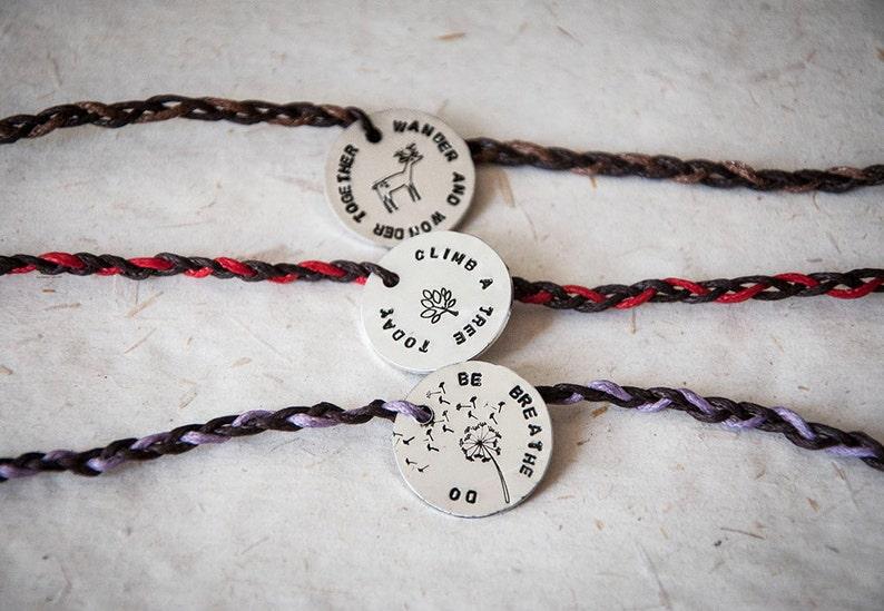 5624310d1b Braccialetto dell'amicizia con targhetta rotonda in metallo con frase a  scelta e simbolo incisi, incisione personalizzata, frasi e motti