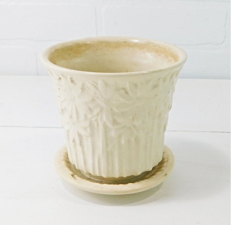 P84 Vintage McCoy Pottery Daisy Flower Pot with Attached Saucer