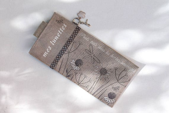"Glasses case in natural linen illustrated ""Barefoot in the weeds"""