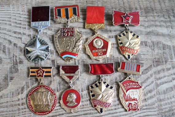 collectible pins vintage pins / set of 8 Soviet  P