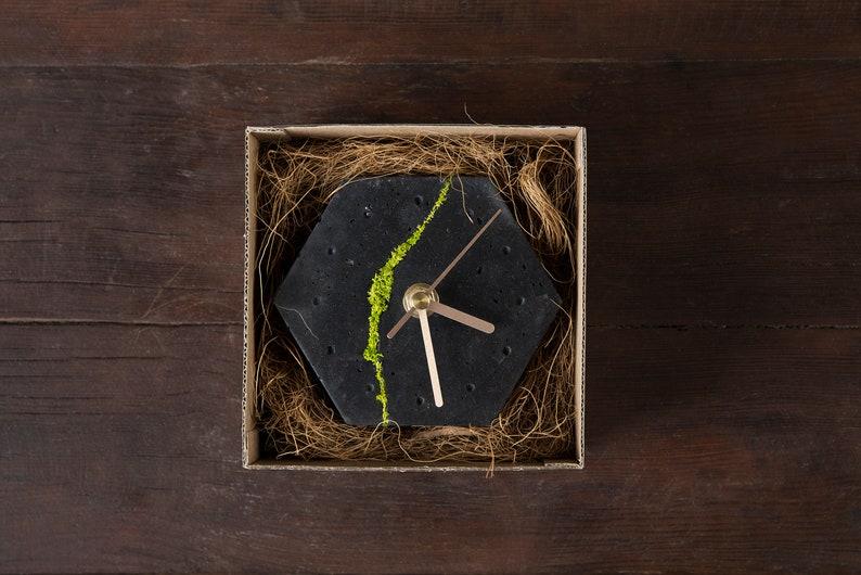Horloge de bureau hexagonale en béton fissuré avec la mousse scandinave, horloge en béton foncé, décoration à la maison