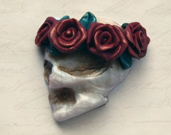 Miniature Gothic skull & rose handmade cameo art brooch // Pearl polymer clay + Red floral garland // Medieval Macabre lapel pin accessories