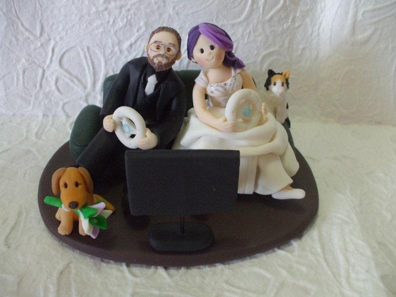 Mariée Et Le Marié Jouant Des Jeux Vidéo De Gâteau De Mariage