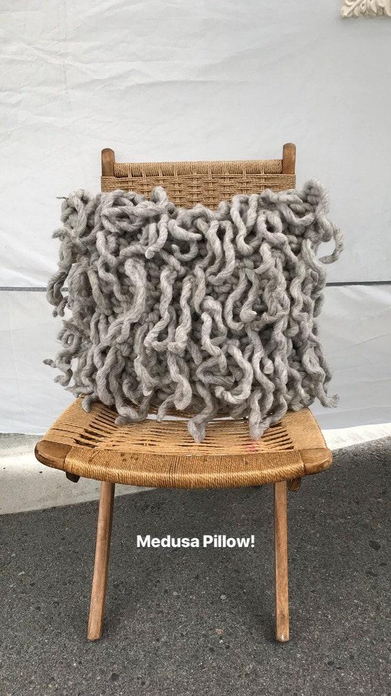 coussin d coratif avec de la laine franges la m duse. Black Bedroom Furniture Sets. Home Design Ideas