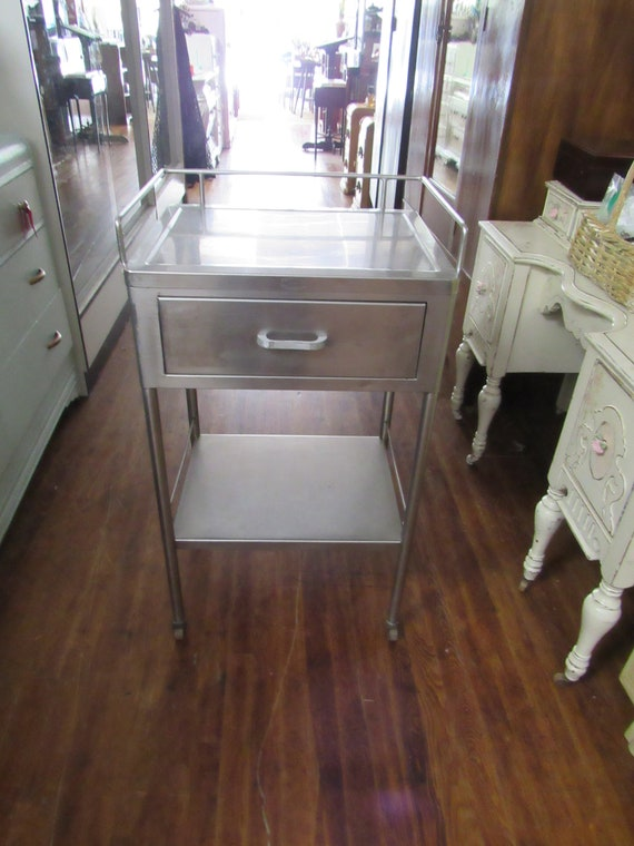 Industrial rolling cart with drawer