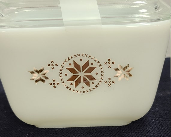 Pyrex Town and Country refrigerator dish with lid