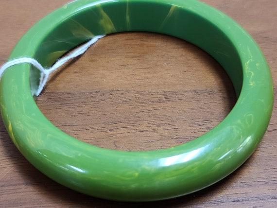 Bakelite green swirl bangle bracelet