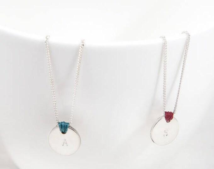 Collar SEI/iniciales estampadas/disco de plata/cadena de plata/nudo de color/alegre.