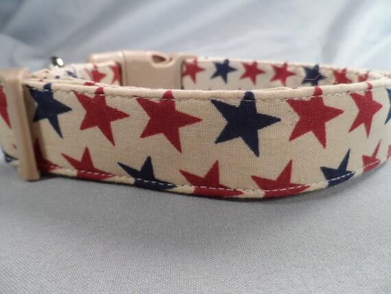 Étoiles rouges et bleues sur Tan patriotique collier de chien