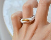 Ouargha. Ring in white porcelain and gold, enamelled. Ceramic jewelry.