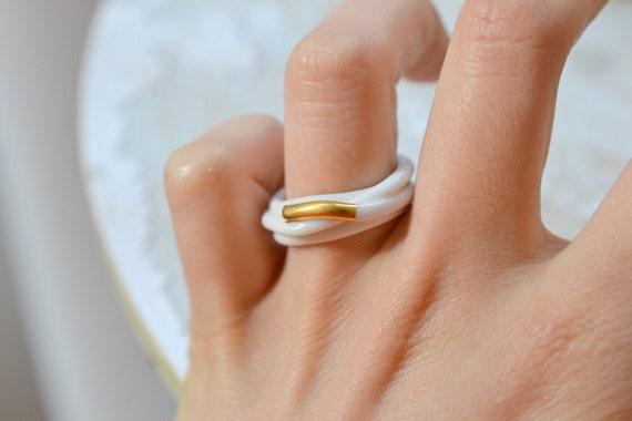 vente chaude en ligne a80d8 6ae24 Ouargha. Bague en porcelaine blanche et or, émaillée. Bijoux en céramique.