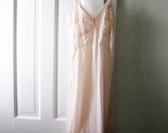 Vintage slip // Pink slip // Midcentury slip // Vintage boudoir // Vintage pinup // Extra small, small, XS, 0, 2, 4