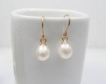 Pearl earrings. Pearl gold dangle earrings. Gold earrings, gold pearl earrings, classic earrings, vintage earrings, drop earrings.