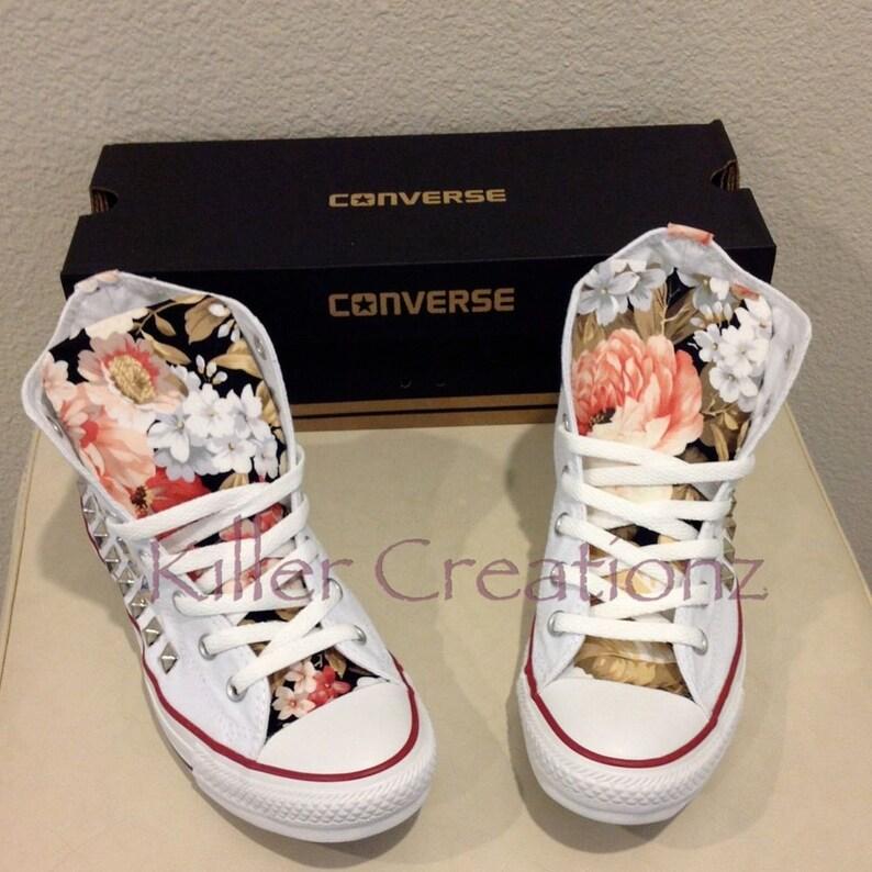 Custom clouté Converse Chuck Taylors avec un dessin floral jeunesse tailles (faites à la commande)