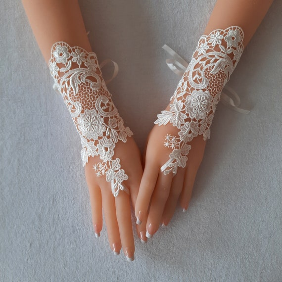 Ivory lace Wedding gloves bridal glove Venice lace bridal accessories lace wrist cuff gauntlet guantes lace  beach wedding clasic wedding