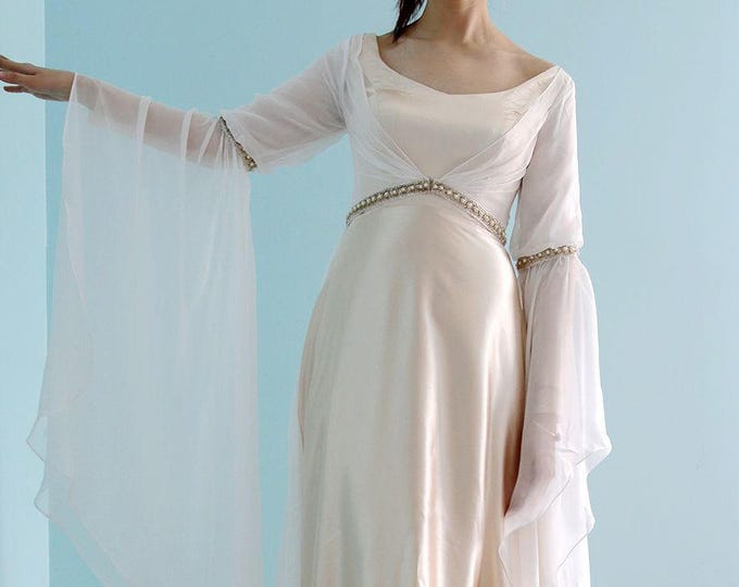 Lovely Medieval Queen's Dress with Flared Sleeves and beaded sash belt -Retro champagne  Long sleeves Floor length A-Line wedding dress