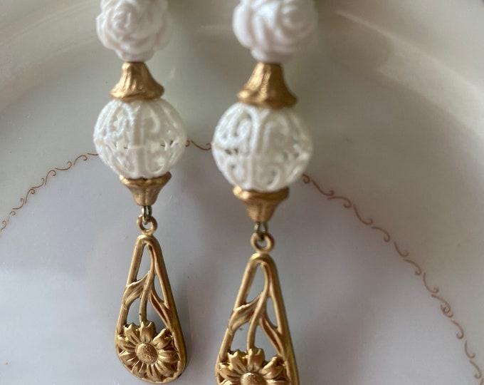 Dangle filigree earrings white and gold
