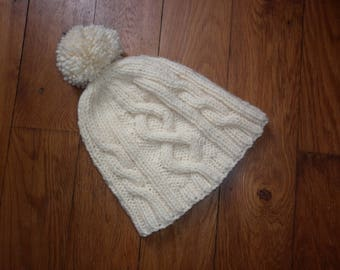 5a50f61b9543 Bonnet torsades adulte tricot 100 % fait main en France laine torsades écru  avec pompon toutes tailles possibles