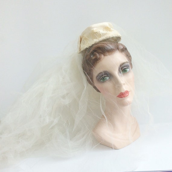 FINAL SALE /// 50s Cream Bridal Pillbox Hat with V