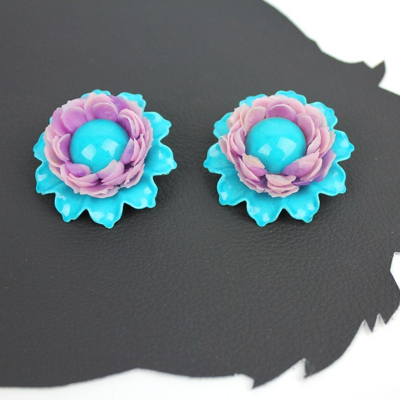 Turquoise & Lavender Metal Plastic 60s Flower cli… - image 4