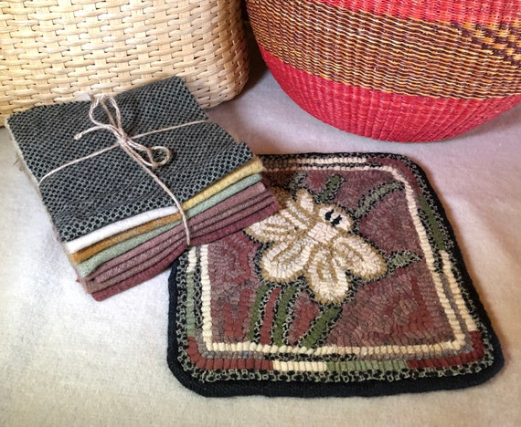 "Primitive Rug Hooking Kit for ""10"" Dafffodil Mat""  K146 Floral Trivet, Summer Floral Mat"