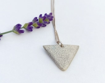 White, black craclé triangle bead on a real silver short necklace
